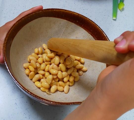 大豆をすり鉢に入れる。 量は少しづつ