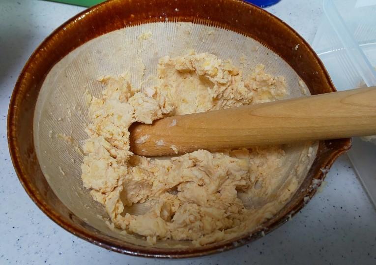 大豆をすり鉢でつぶしていく