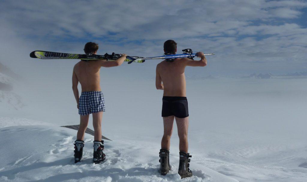 裸でスキーする